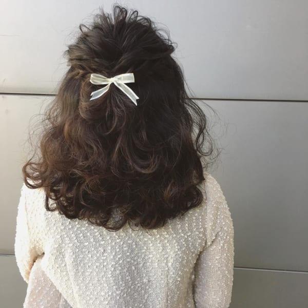 黒髪ミディアム×ハーフアップ×リボンアクセ
