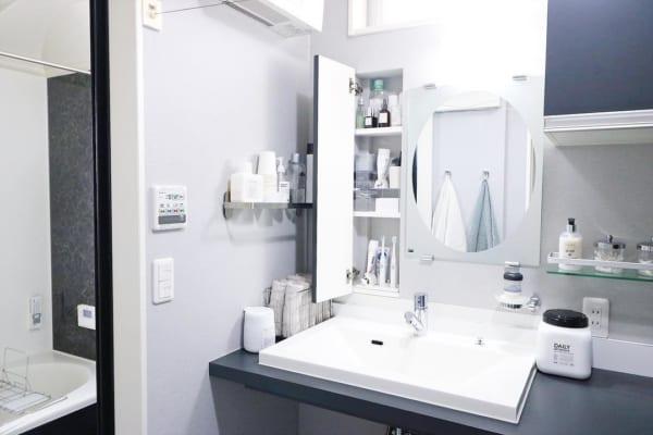グレー×ホワイトのスタイリッシュな洗面所
