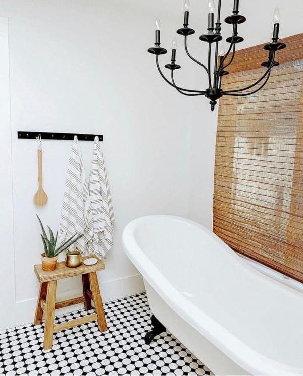 おしゃれなタイル床が魅力の海外バスルーム