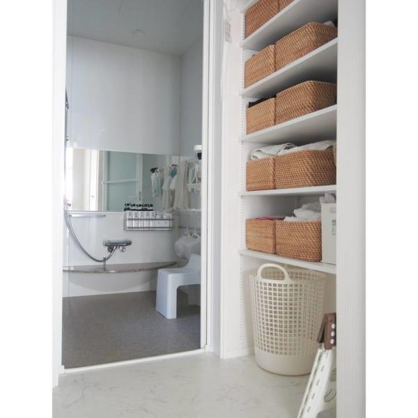 ラタンバスケットで洗面所のタオル収納