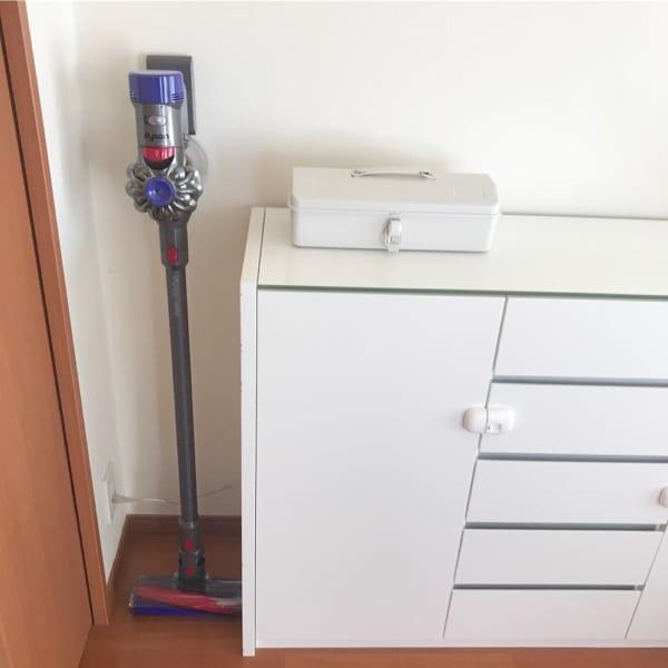 コード類もまとめて掃除機収納スペースの横に