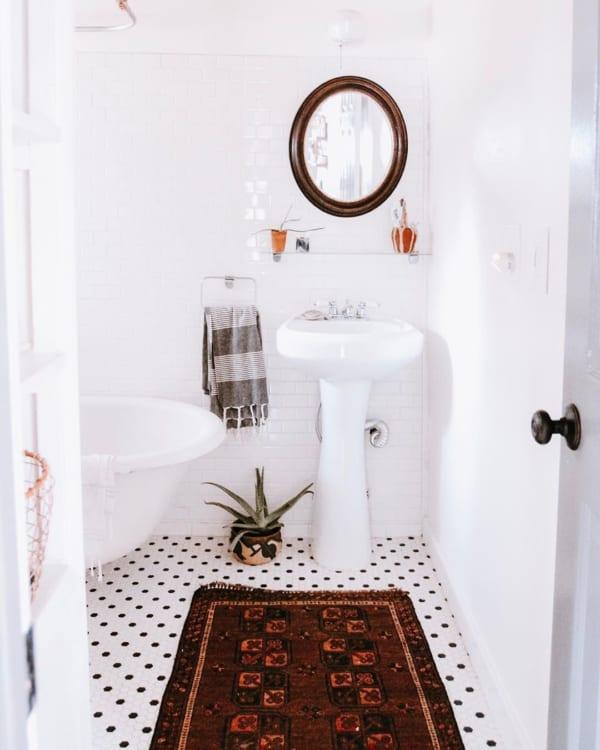 おしゃれなタイル床が魅力の海外バスルーム2