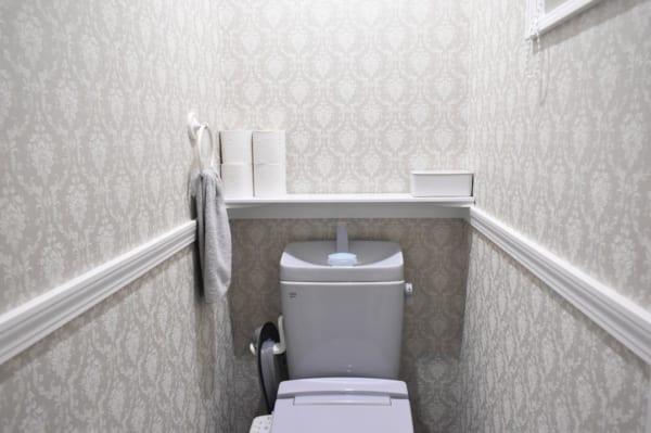 ホテルライクなグレー壁で高級感のあるトイレ