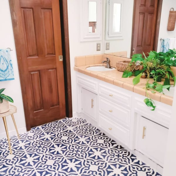おしゃれなタイル床が魅力の海外バスルーム3