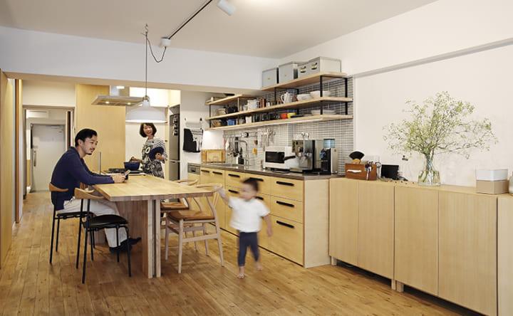 コンロとダイニングテーブルを一体化したフラットなキッチン