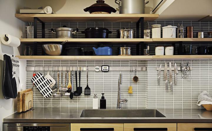 コンロとダイニングテーブルを一体化したフラットなキッチン6