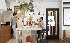 立ち飲み感覚で周りを囲む、人が集うキッチンカウンター4