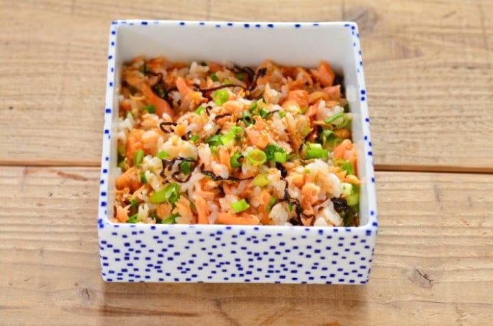 付け合わせのメニューに!鮭と塩昆布の混ぜご飯
