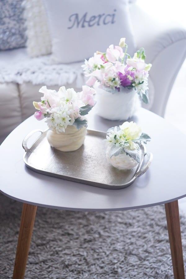 円柱形の花瓶に毛糸を巻き付けるアレンジ方法5