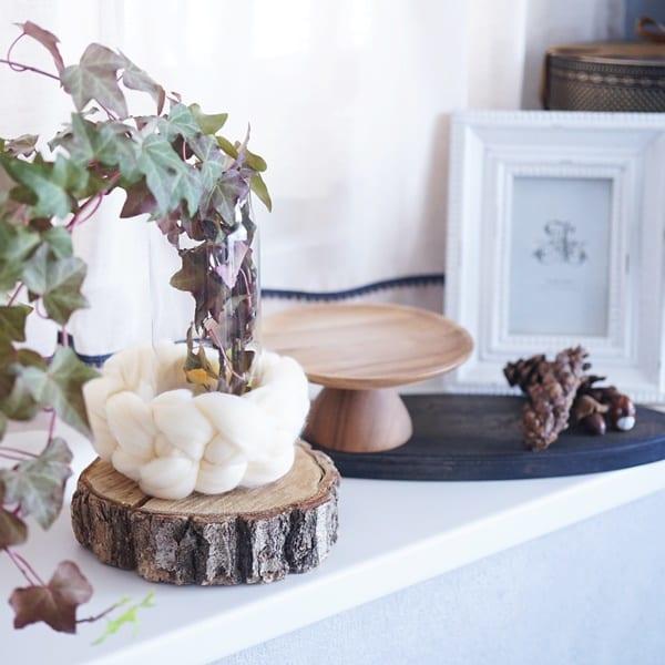 円柱形の花瓶に毛糸を巻き付けるアレンジ方法3
