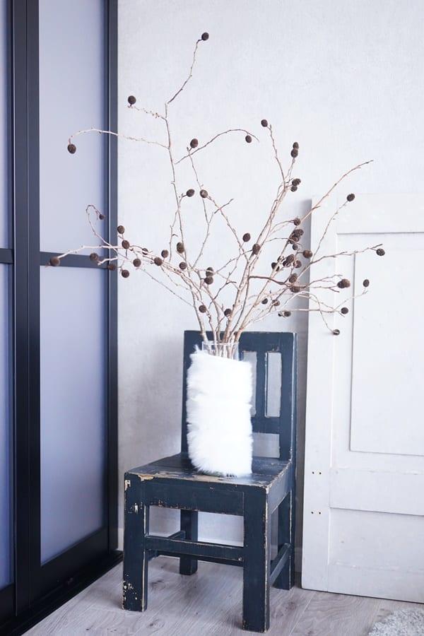 円柱形の花瓶に毛糸を巻き付けるアレンジ方法4