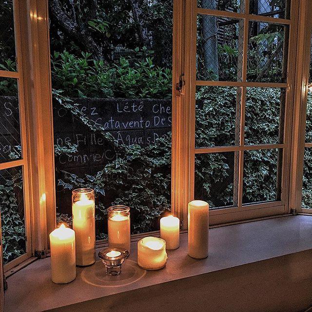 キャンドルで夜の窓辺を演出