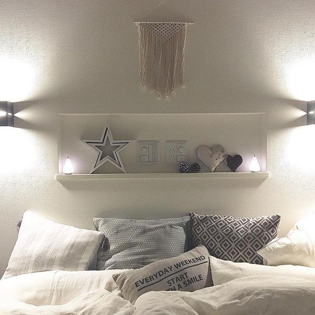 ベッド際の壁に棚を設置して小さな照明を!