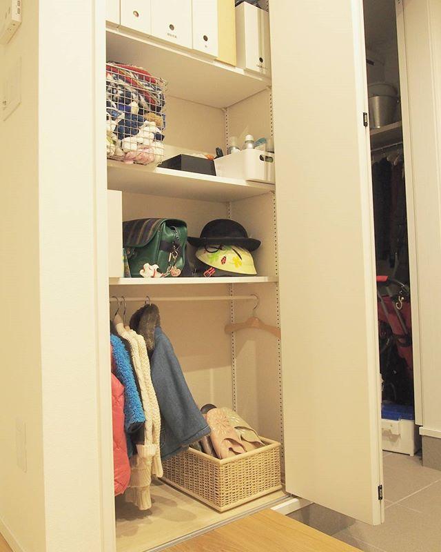 玄関棚を服収納に利用するアイデア