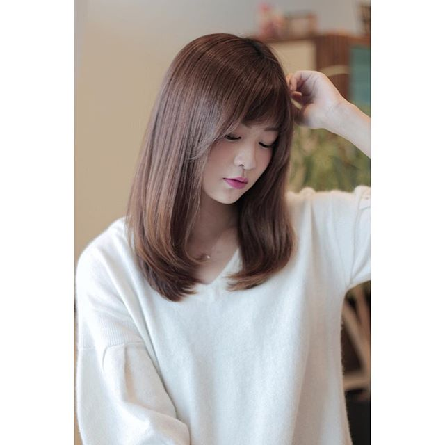 50代に似合うセミロング×ストレートの髪型4