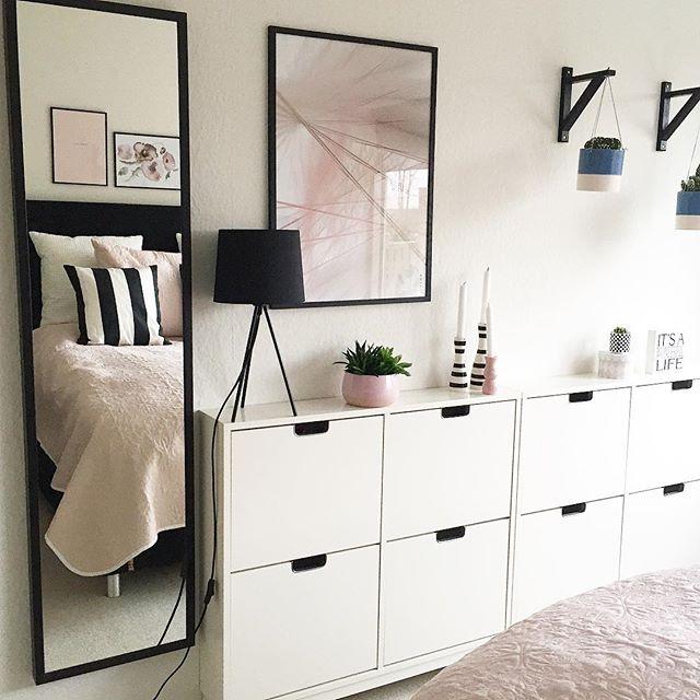 壁面に沿った大きな白い収納家具もおすすめ
