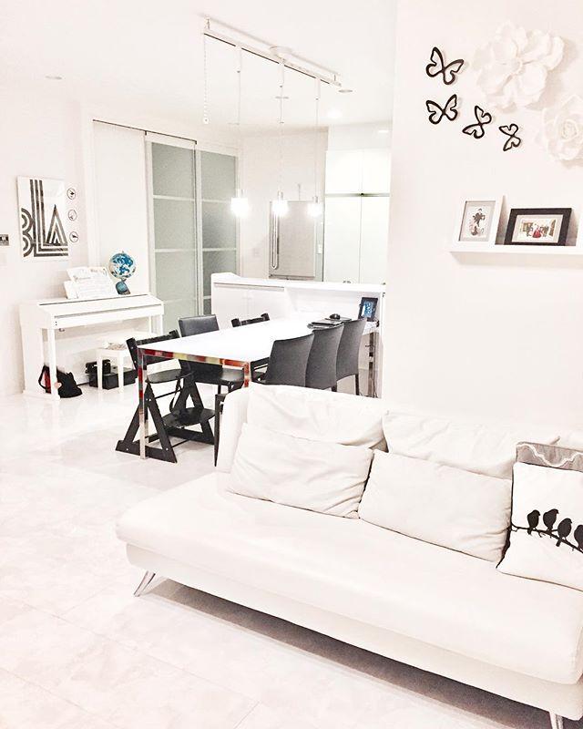 清潔感が高まるシンプルなホワイトソファ
