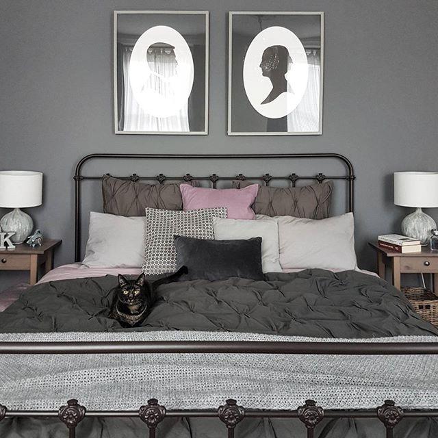 モノトーンの寝室《差し色を使ったインテリア》2