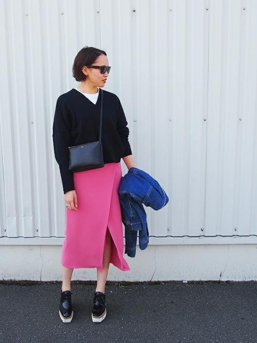 紺Vニット×ピンクタイトスカート×ローファー