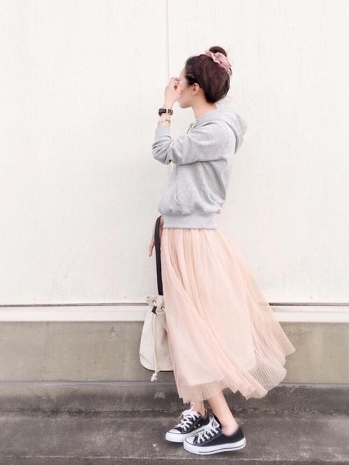 ピンクスカート×グレーパーカーの40代春コーデ