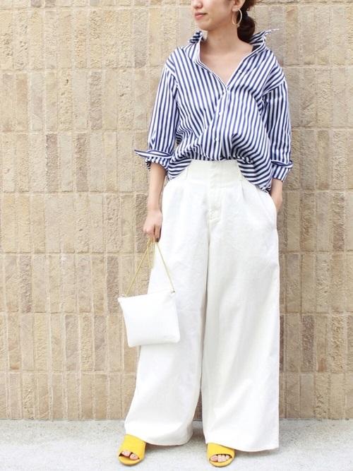 青ストライプシャツのワイドパンツコーデ