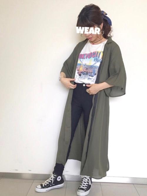 カーキオープンカラーシャツ×スキニーパンツ×スニーカー