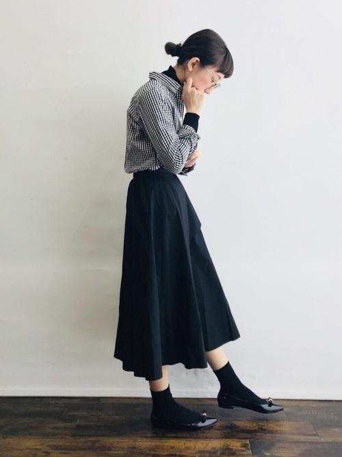 黒靴下×ギンガムチェック柄シャツの春コーデ