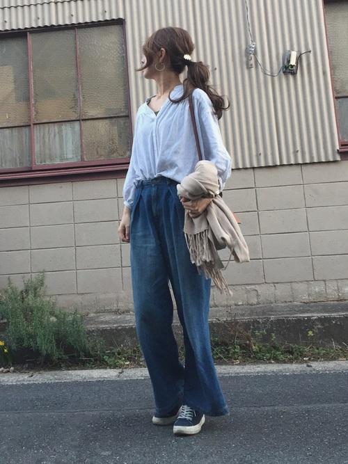 柄オープンカラーシャツ×デニムパンツ×スニーカー