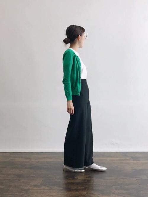 白靴下×グリーンカーディガンの夏コーデ