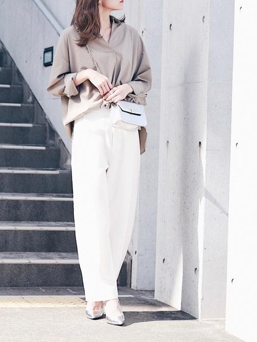 スキッパーシャツ×白ワイドパンツ