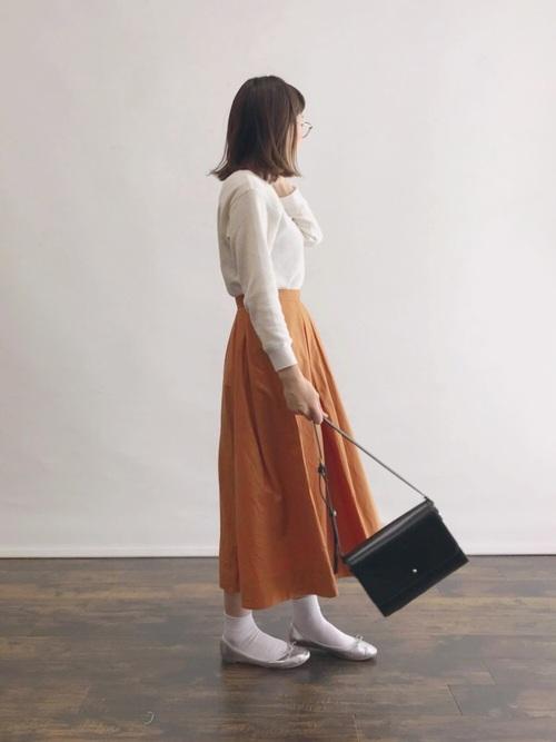 白靴下×オレンジフレアスカートの秋コーデ