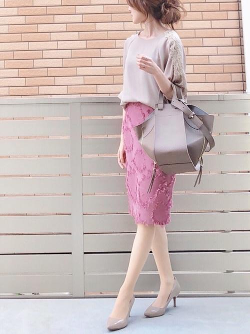 ブラウス×柄ピンクタイトスカート×ハイヒール