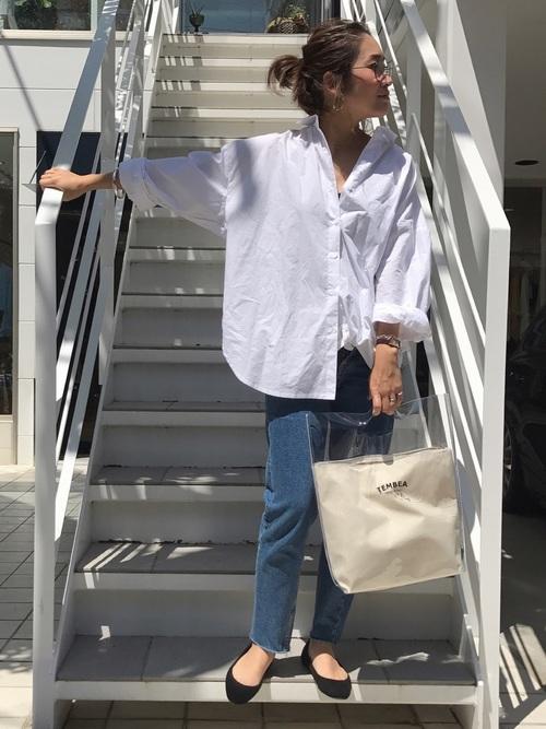 白オープンカラーシャツ×デニムパンツ×パンプス