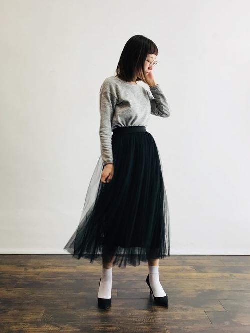 白靴下×黒ロングチュールスカートの秋コーデ