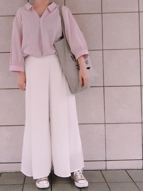ピンクオープンカラーシャツ×ワイドパンツ×スニーカー