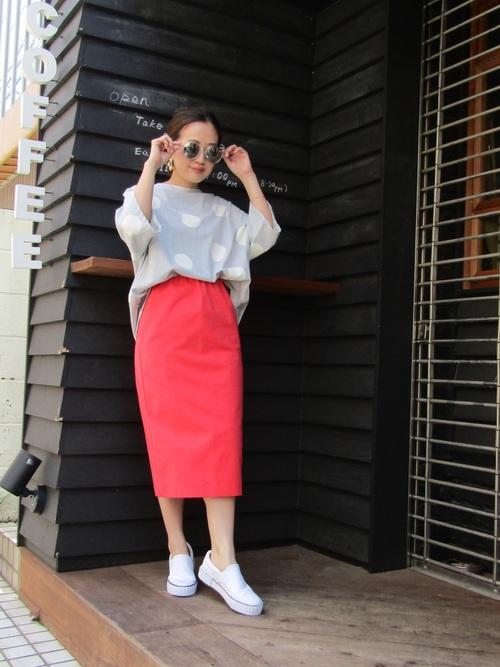 グレーシャツ×ピンクタイトスカート×スリッポン