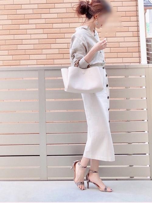 ベージュオープンカラーシャツ×タイトスカート×サンダル