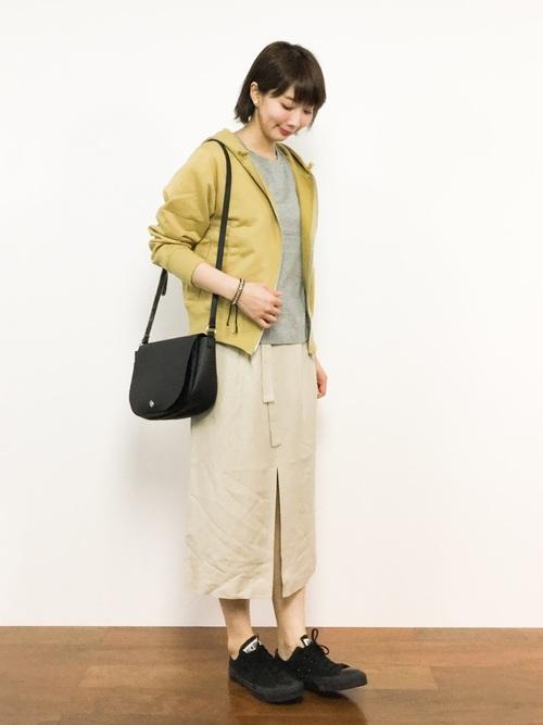 グレーT×黄色パーカー×タイトスカート