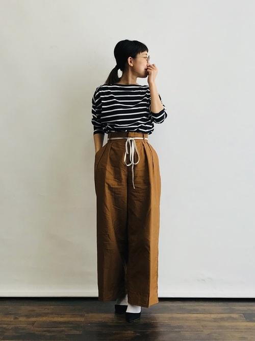 白靴下×茶色ワイドパンツの夏コーデ