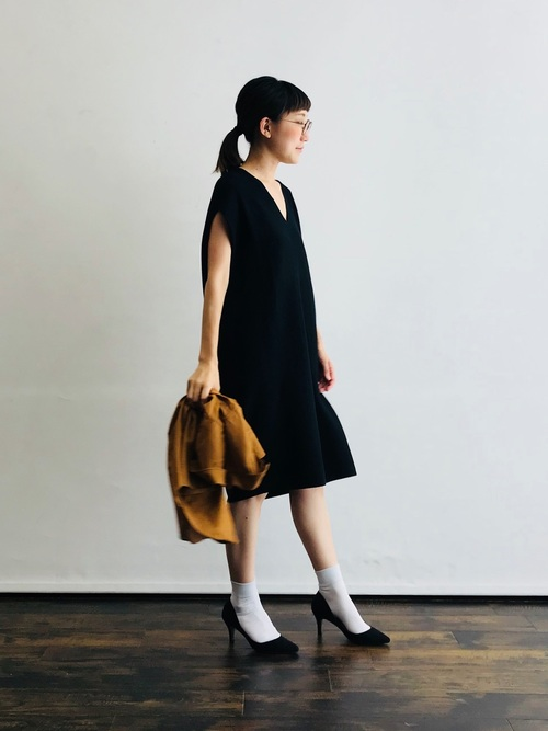 白靴下×黒ノースリーブワンピースの夏コーデ