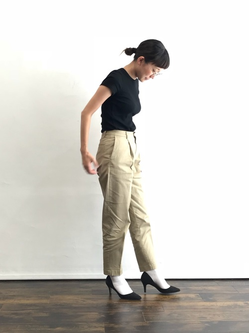 白靴下×ベージュパンツの夏コーデ