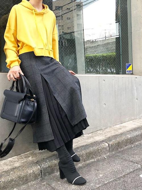 黄色パーカー×レイヤードスカート