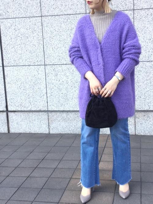 デニムパンツ×紫カーディガン