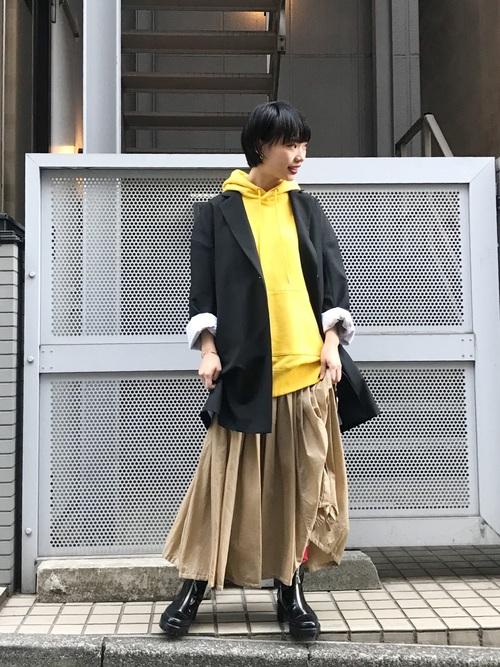 黄色パーカー×黒ジャケット×ドロストスカート