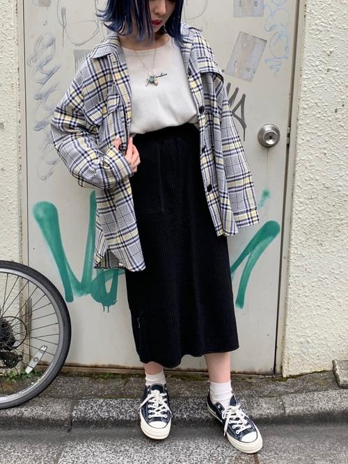 柄オープンカラーシャツ×タイトスカート×スニーカー