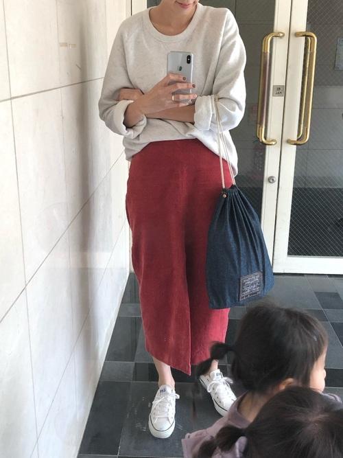 スウェット×ピンクタイトスカート×白コンバース
