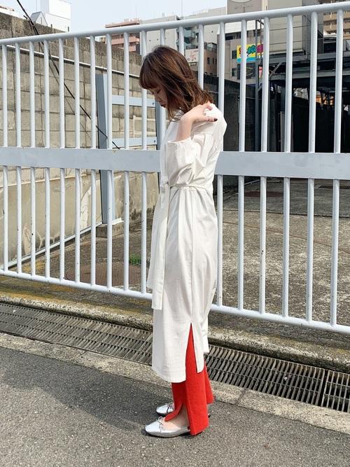薄手シャツワンピース×赤パンツ