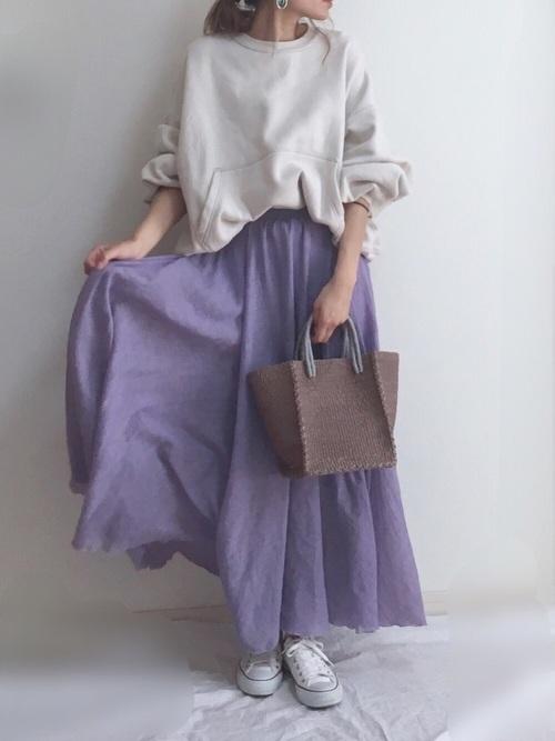 白スウェット×ラベンダースカート