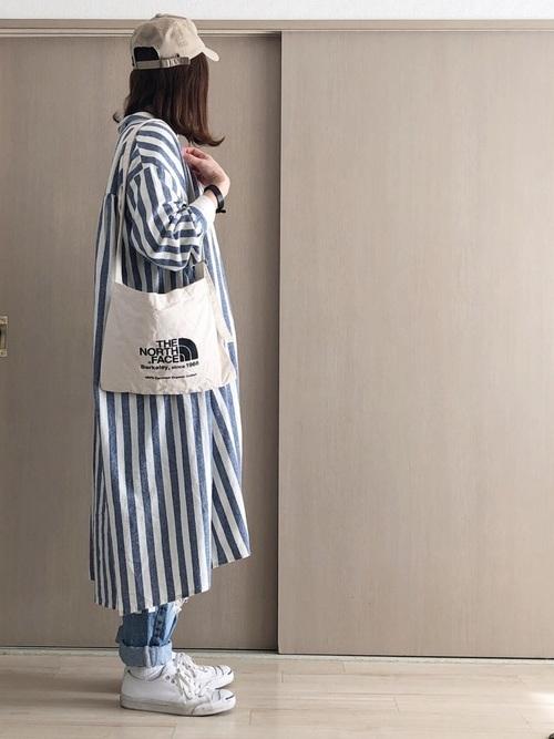 青ストライプシャツワンピ×デニムパンツ