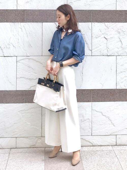 デニムシャツの白ワイドパンツコーデ